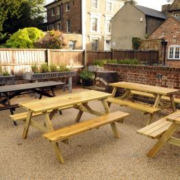 Royal Oak Dartford Beer Garden 3